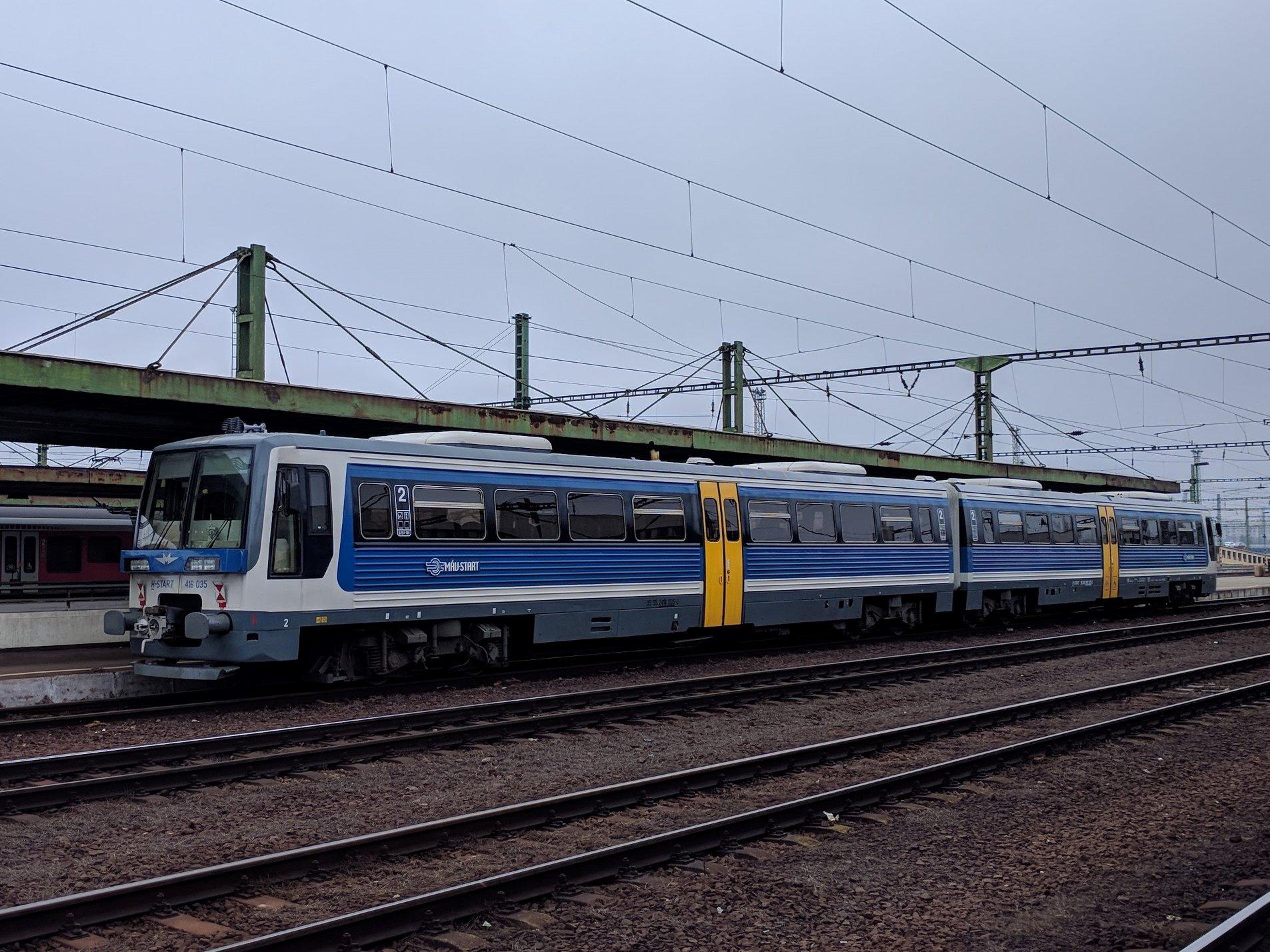 A Metrovagonmas motorvonatok felújítása 2017-ben kezdődött, de három év alatt mindössze 13 járművel készültek el, a felújítatlan példányok állapota pedig évről évre romlik.